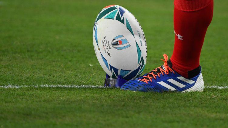 Un joueur s'échauffe avant le match de la Coupe du monde de rugby opposant le pays de Galles et les Fidji, le 9octobre 2019, à Oita (Japon). (GABRIEL BOUYS / AFP)