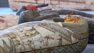 Sarcophages en bois exposés le 14 novembre 2020 à Saqqara, lors d'une présentation deplus d'une centaine de nouveaux monuments funéraires mis au jour dans la nécropole antique égyptienne (AHMED HASAN / AFP)