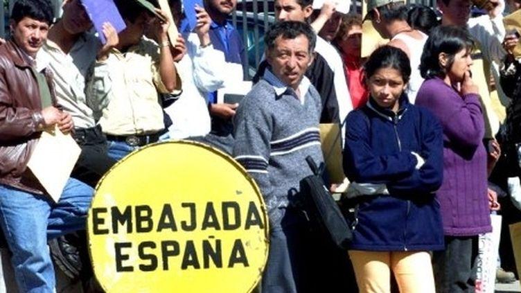 En 2000, des Equatoriens font la queue pendant des heures devant l'ambassade d'Espagne à Quito pour obtenir des papiers et voyager légalement. (MARTIN BERNETT/AFP)