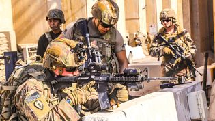 Des soldats américains prenant position autour de l'ambassade à Bagdad en Irak, le 31 décembre 2019. (US EMBASSY IN IRAQ / AFP)