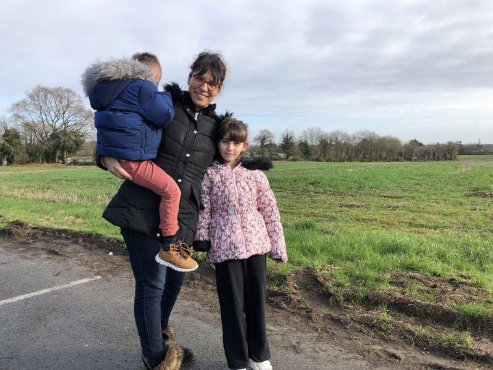 Aurélie Bingler avec ses deux enfants, Jessy et Lola (à droite), le 22 janvier 2019 à Calan (Morbihan). (VIOLAINE JAUSSENT / FRANCEINFO)