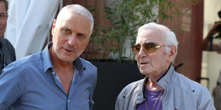 Charles Aznavour avec Claude Lebourgeois, le programmateur de la Foire aux Vins  (PHOTOPQR/L'EST REPUBLICAIN)