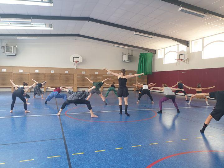 """La danseuse suédoise Rebecca Hytting (au centre) apprend aux participants un morceau de du spectacle """"Love Chapter 2"""" dela chorégraphe israélienneSharon Eyal (LEELA BADRINATH)"""