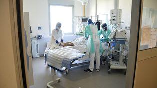 Un patient malade du Covid-19 dans un hôpital de Lyon (Rhône), le 24 avril 2020. (MAXPPP)