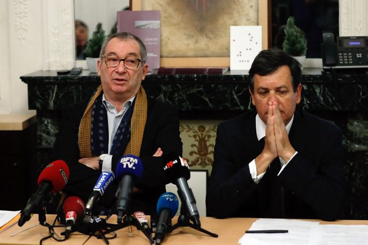 """Eric Mouzin (à gauche) annonce le 9 janvier 2018 lors d'une conférence de presse aux côtés de son avocat Didier Seban (à droite) qu'il attaque l'Etat pour """"faute lourde"""". (PATRICK KOVARIK / AFP)"""