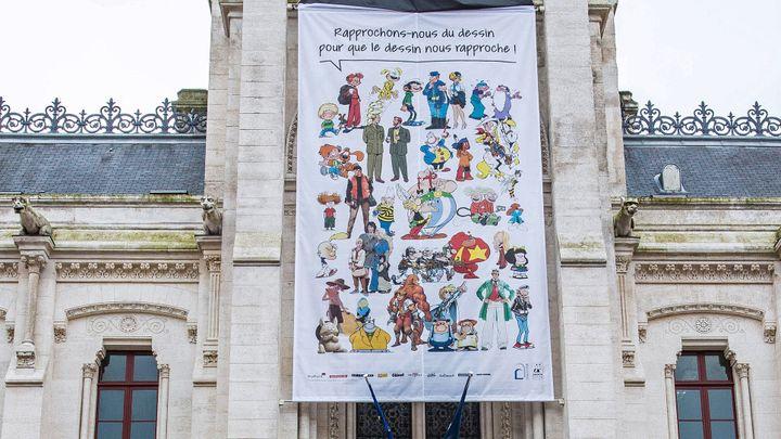 Banderole sur la mairie d'Angoulême en hommage à Charlie Hebdo pour le Festival de la bande-dessinée  (PIERRE DUFFOUR / AFP)