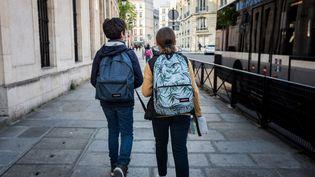 Des enfants marchent vers le collège Henri-IV à Paris, le 3 mai 2021. (ANNA KURTH / HANS LUCAS / AFP)