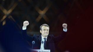 Emmanuel Macron après son discours face à ses partisans dans la cour du Louvre, à Paris, le 7 mai 2017. (ERIC FEFERBERG / AFP)
