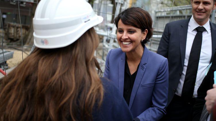 Najat Vallaud-Belkacem, ministre des Droits des femmes, serre la main d'une employée de chantier à Pantin (Seine-Saint-Denis), le 4 avril 2014. (KENZO TRIBOUILLARD / AFP)