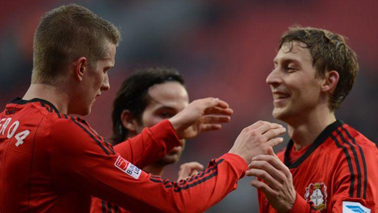 Lars Bender et Stefan Kiessling se congratulent (PATRIK STOLLARZ / AFP)
