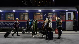 Des voyageurs embarquent dans un train de nuit entre Vienne et Rome, le 27 février 2019. (ALEX HALADA / AFP)