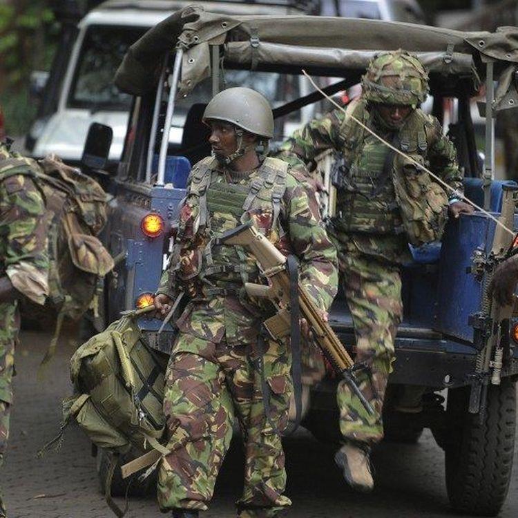 Des soldats des forces spéciales kenyanes arrivent à proximité du centre commercial de Westgate, à Nairobi, pris d'assaut par des terroristes shebabs somaliens, samedi 21 septembre 2013. (SIMON MAINA / AFP)