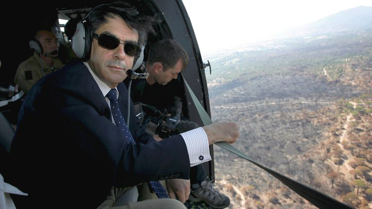 François Fillon, alors Premier ministre, survole en hélicoptère une forêt partie en flammes à Roquebrune-sur-Argent (Var), le 20 juillet 2007. (AFP)