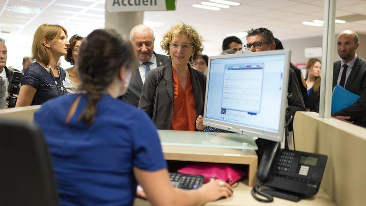 La ministre du Travail, Muriel Pénicaud, visite les locaux d'une agence Pôle emploi de Lyon, le 4 août 2017. (ROMAIN LAFABREGUE / AFP)