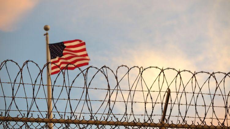 Un drapeau américain flotte sur la prison militaire américaine de Guantanamo, à Cuba, le 16 octobre 2018. (MAREN HENNEMUTH / DPA / AFP)