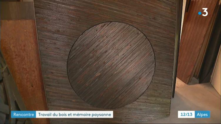 Une oeuvre de bois brûlé de François Calvat (France 3 Rhône-Alpes)