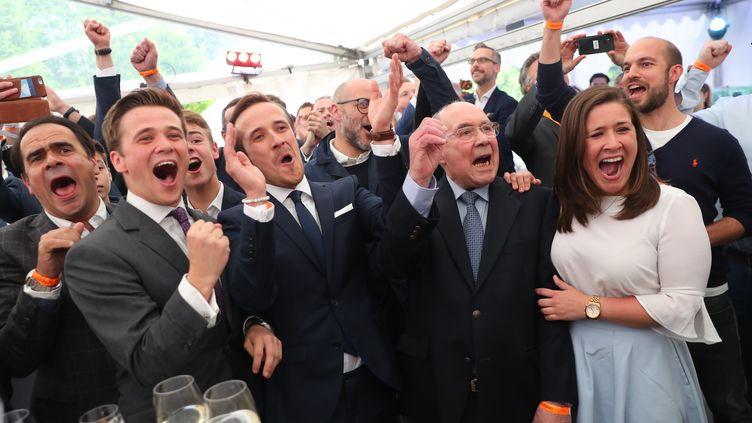 La famille du candidat de la CDUArmin Laschet  fètent la victoire de leur parti aux élections locales enRhénanie du Nord-Westphalie, le 14 mai 2017 à Düsseldorf (Allemagne). (KAY NIETFELD / DPA / AFP)