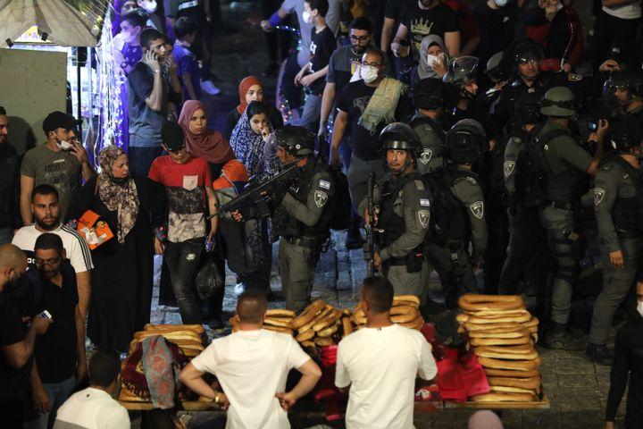 La police israélienne lors d'une manifestation de Palestiniens contre l'éviction de familles palestiniennes du quartier de Cheikh Jarrah, à Jérusalem, le 8 mai 2021. (ABIR SULTAN / EPA / REUTERS)
