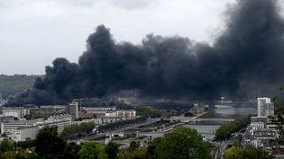 Un nuage defumée noire s'échappe de l'usine Lubrizol, un site classé Seveso à Rouen (Normandie), le 26 septembre 2019. (PHILIPPE LOPEZ / AFP)