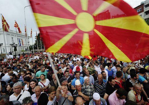 Drapeau macédonien brandi lors d'une manifestation à Skopje, capitale de la Macédoine, le 17 mai 2015. (REUTERS - Ognen Teofilovski)