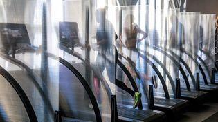 Une salle de sport parisienne avec des vitres entre chaque machine, le 24 juin 2020 (photo d'illustration). (CHRISTOPHE PETIT TESSON / MAXPPP)