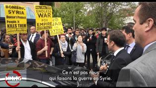 """Emmanuel Macron face à des manifestants, lors d'un déplacement en avril 2018 aux Etats-Unis. (""""13H15"""" / FRANCE 2)"""