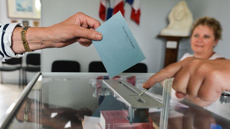 Un électeur vote lors du premier tour des législatives àHottot-Les-Bagues (Calvados), le 11 juin 2017. (ARTUR WIDAK / AFP)