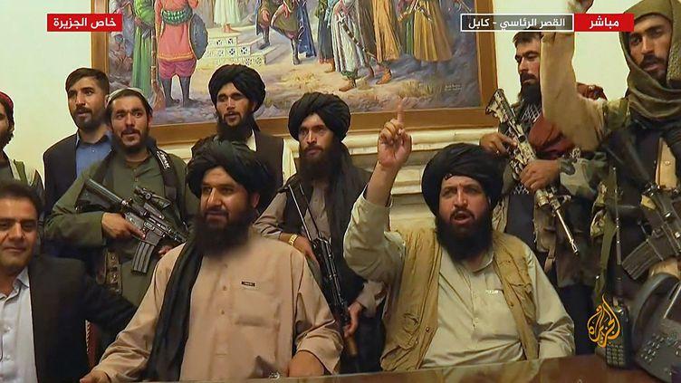 Des membres des talibans ont pris possession du palais présidentiel à Kaboul (Afghanistan), le 16 août 2021. (- / AL JAZEERA)