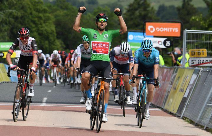 Sonny Colbrelli lève les bras à l'issue de la troisième étape du Dauphiné, le 1er juin 2021. (ALAIN JOCARD / AFP)