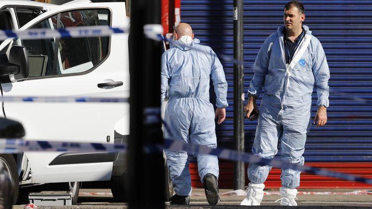 Cette camionnette a fauché des piétons dans la nuit de dimanche à lundi près d'une mosquée du nord de Londres. (TOLGA AKMEN / AFP)