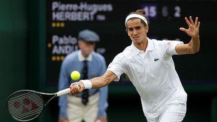 Blessé,Pierre-Hugues Herbert (ici à Wimbledon le 29 juin 2021) espère êtrerétabli pour les JO de Tokyo. (ADRIAN DENNIS / AFP)