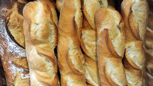 Des baguettes de pain sur un présentoir, le 11 mai 2015. (Photo d'illustration) (FRED TANNEAU / AFP)