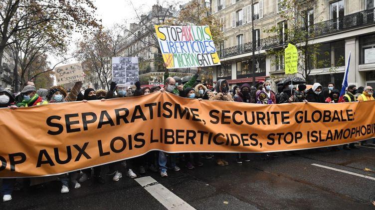 """Des manifestants à Paris le 12 décembre 2020 contre la proposition de loi sur la """"sécurité globale"""". (JULIEN MATTIA / ANADOLU AGENCY / AFP)"""