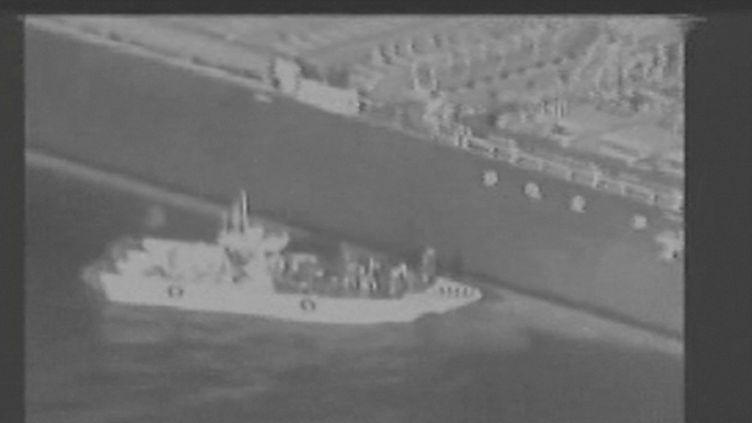 """Capture d'écran d'une vidéo diffusée par l'armée américaine, le 13 juin 2019, censée démontrer la responsabilité de l'Iran dans l'attaque du """"Kokuka Courageous"""". (U.S. MILITARY / REUTERS)"""