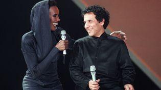 Grace Jones et Azzedine Alaïa, le 30 janvier 1987, lors de l'enregistrement d'une émission de télévision, au Palais omnisports de Paris-Bercy. (GEORGES BENDRIHEM / AFP)