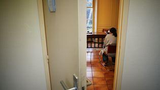 Illustration. Une patiente dans le cabinet de son psychiatre à Soisy-sur-Seine (Essonne), le 19 janvier 2007. (CHRISTOPHE SIMON / AFP)