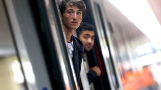 Deux migrants sortent la tête d'un train à destination de Münich, le 6 septembre 2015, à Vienne (Autriche). (DOMINIC EBENBICHLER / REUTERS / X01771)