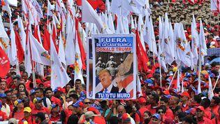 Des soutiens au président Maduro ont conspué Donald Trump, à l'occasion d'un rassemblement chaviste le 2 février 2019 à Caracas (Venezuela). (YURI CORTEZ / AFP)