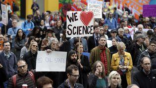 Un groupe de scientifiques inquiets manifestent, le 13 décembre 2016, à San Francisco, après l'élection de Donald Trump. (MARCIO JOSE SANCHEZ / AP / SIPA)