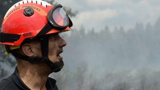 Les visages sont marqués par la fatigue après des heures de lutte contre l'incendie. En arrière-plan, le sol continue de dégager de la fumée. Mais la situation s'améliore le lundi 27 juillet. La préfecture annonce que les habitants vont pouvoir rejoindre progressivement leur maison. Près de 600 hectares ont brûlé en Gironde. C'est l'incendie le plus important en France depuis quatre ans. (MEHDI FEDOUACH / AFP)