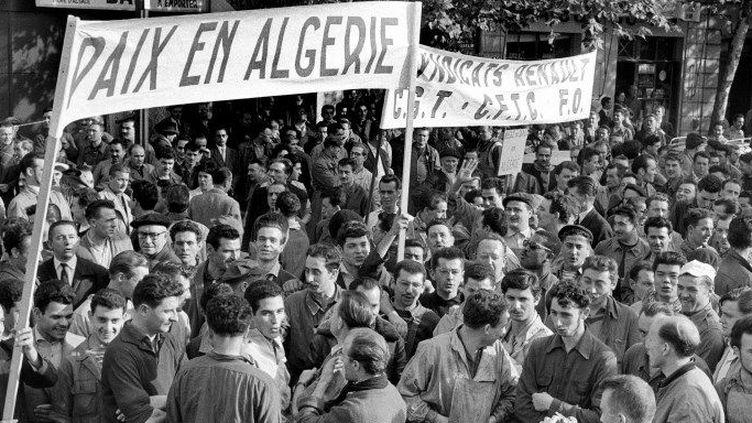 Une banderole proclamant «Paix en Algérie» flotte au-dessus de la foule des ouvriers de la régie Renault à Boulogne Billancourt, le 19 octobre 1960. (AFP)
