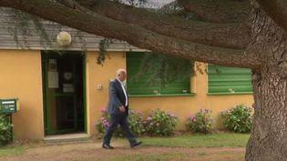 Le maire de Langouet, en Ille-et-Vilaine, a pris un arrêté municipal pour interdire l'utilisation de pesticides à proximité des habitations de sa commune. Le préfet a décidé de porter l'affaire en justice. (FRANCE 2)