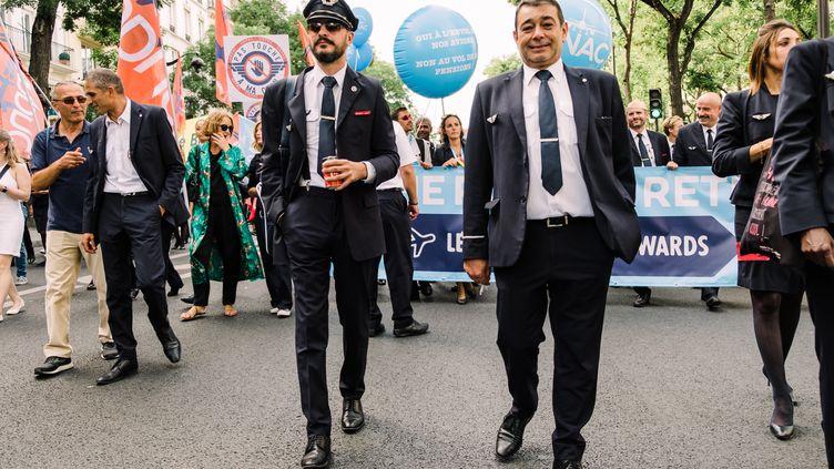 Des pilotes de ligne manifestent contre le projet de réforme des retraites, le 16 septembre 2019 à Paris. (KARINE PIERRE / HANS LUCAS)