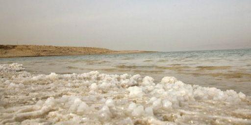 Cristaux de sel sur la côte de la mer Morte (22-3-2007) (AFP - Gali Tibbon)