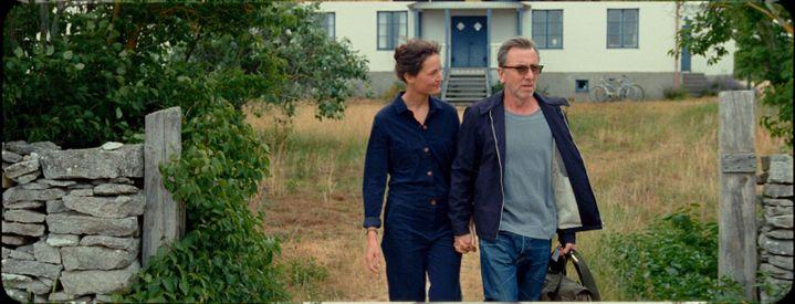 """Vicky Krieps et Tim Roth dans""""Bergman's Island"""" de Mia Hansen-Løve (2021). (LES FILMS DU LOSANGE / MIA HANSEN-LOVE)"""