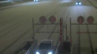 Les chutes de neige sur un grand quart nord-ouest de la France, mardi 22 janvier, entraînent des difficultés de circulation.  (FRANCE 2)