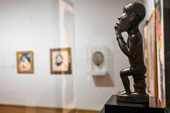 """Statuette africaine ayant appartenu à Henri Matisse dans l'exposition""""Devenir Matisse, ce que les maîtres ont de meilleur"""" au Musée Matisse duCateau-Cambrésis (Nord). (DENIS CHARLET / AFP)"""