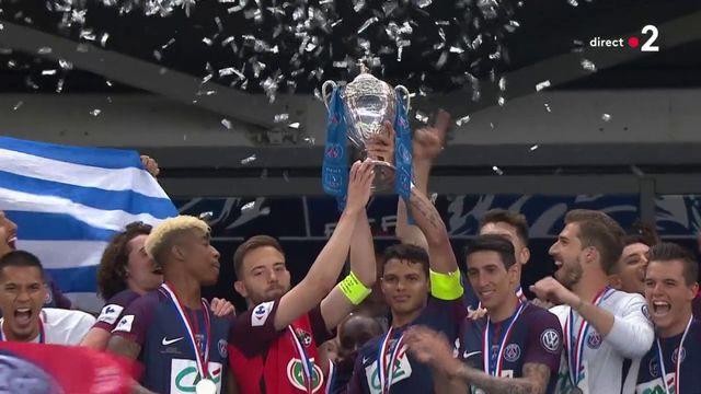 Coupe de France : les capitaines des Herbiers et du PSG soulèvent ensemble le trophée