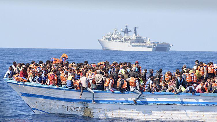 (Bateau avec 369 personnes à bord au Nord de la Libye, le 28 mai 2015 © Maxppp)