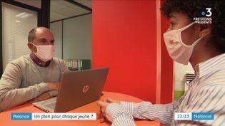 """Le plan """"1 jeune, 1 solution"""", lancé en juillet dernier par le gouvernement, a été renforcé. Diplômés ou pas, les jeunes de moins de 26 ans peuvent être aidés à trouver un emploi ou une formation. (France 3)"""